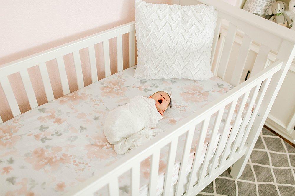 Lifestyle newborn session I Baby in Crib